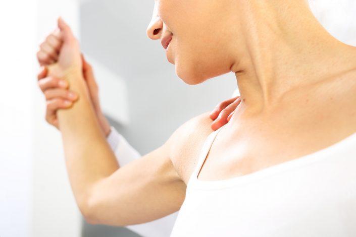 Bild zeigt Muskeltest Kineosologie